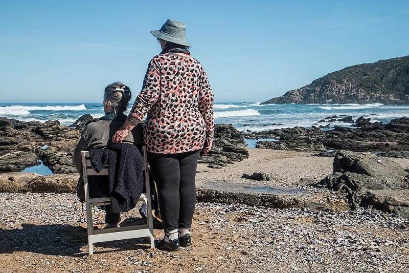 alte Dame am Strand