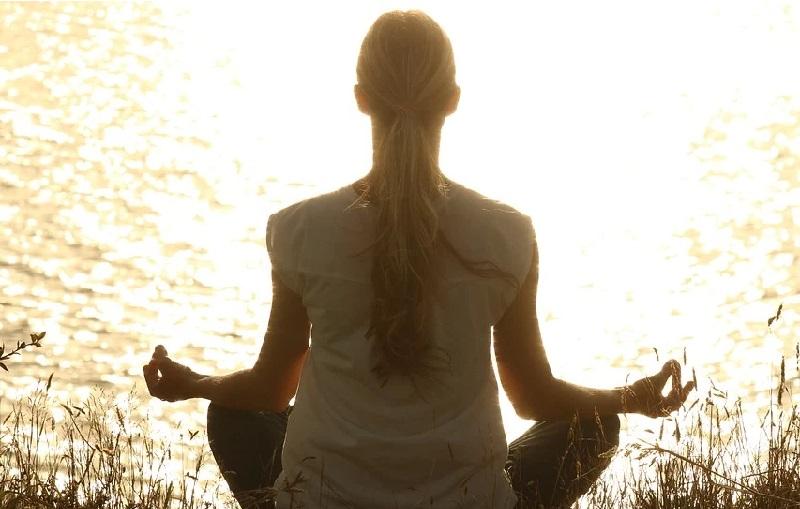 Frau während Yoga-Übungen