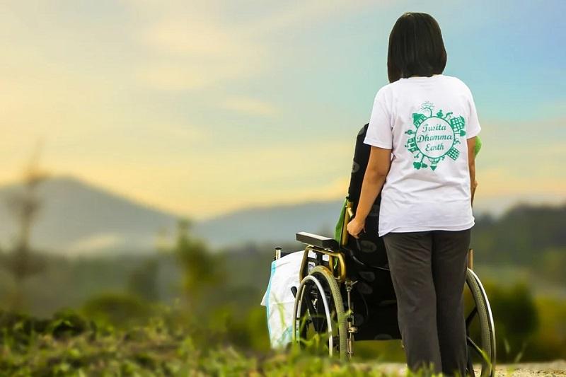 Pflegerin mit Rollstuhl